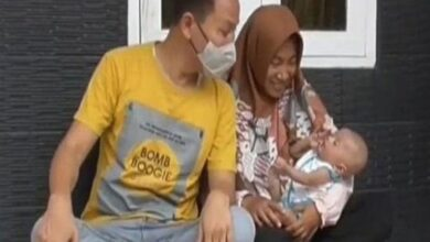 Photo of An Indonesian Man Kept Son's Name After His Office